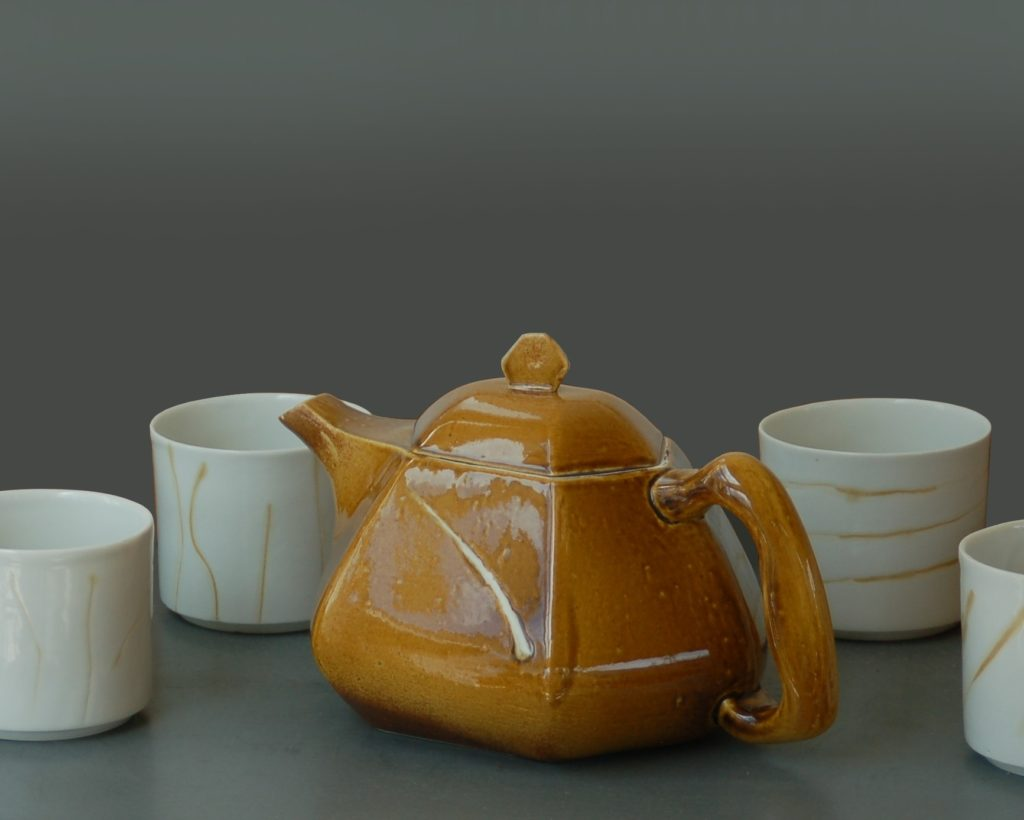 INCISIONS, théière porcelaine émaillée Tenmoku maison. contenu 1,4 litres. Gobelets à thé en porcelaine , décors par incisions colorés. contenu 35 cl.