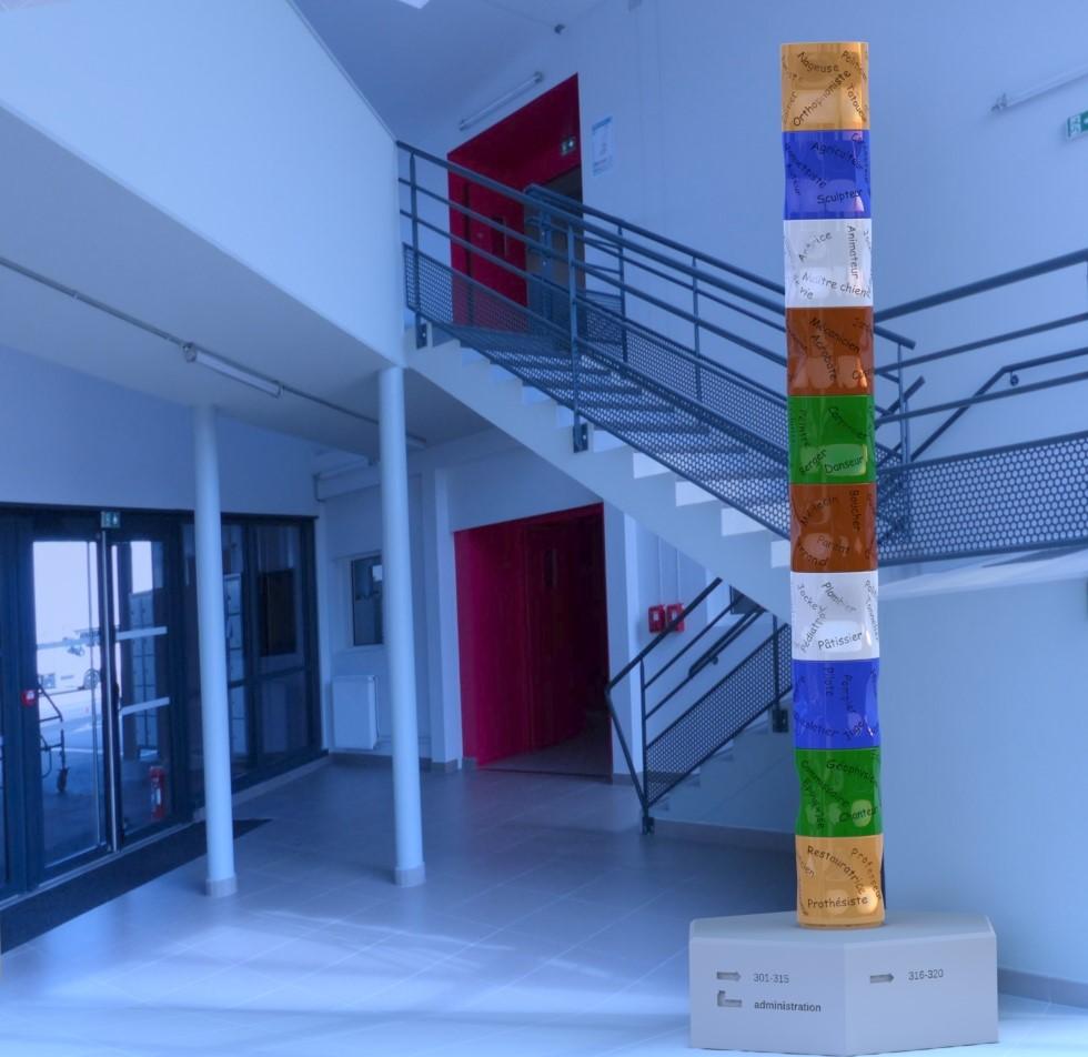 TOTEM DES VOCATIONS céramique de qualité architectural émaillé multicolre.