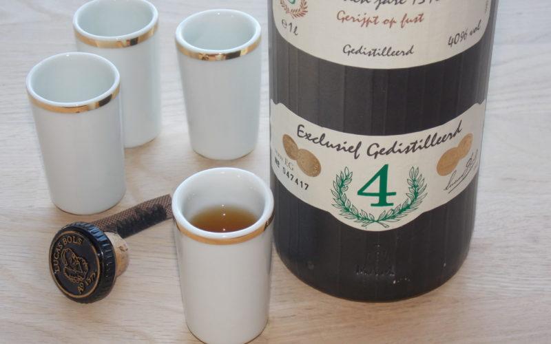 Ces verres à alcool en porcelaine blanche sont traditionnel pour boire le genièvre au Pays Bas. Et seront parfait pour tout vos digestifs forts. Avec une petite bordure en or fin. Fabriqué en Bretagne par l'artisan-artiste Bas VAN ZUIJLEN