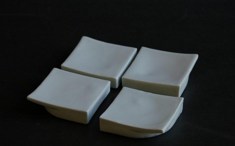 4 Coupes à apéritif 11x11 cm en porcelaine.