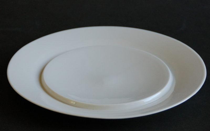 """Assiette """"assis"""" a ceci d'original que le milieu est surélevé par rapport au tour. La nourriture est réellement mis sur un piédestal. porcelaine coulé, fabrication artisanale bretonne. Dutch design by Bas van Zuijlen"""