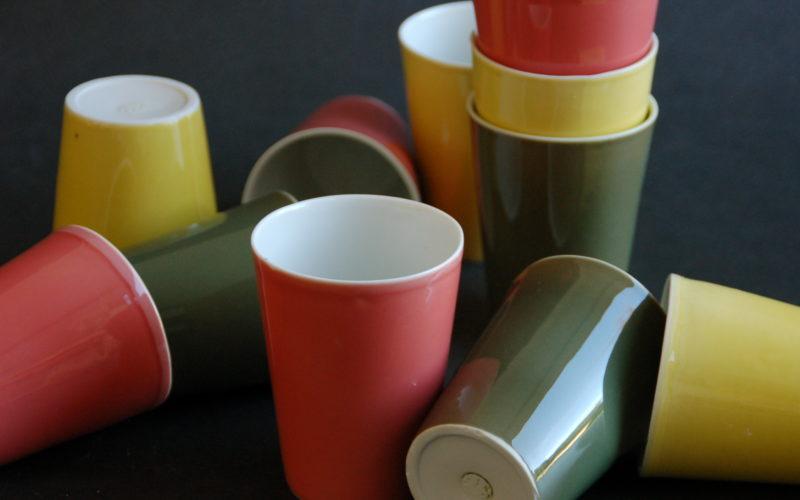 """gobelets """"le Cap"""" en porcelaine. contenu 35 cl. fabrication artisanale en France par Bas van Zuijlen à Plobannalec, Bretagne. rose, jaune et vert"""