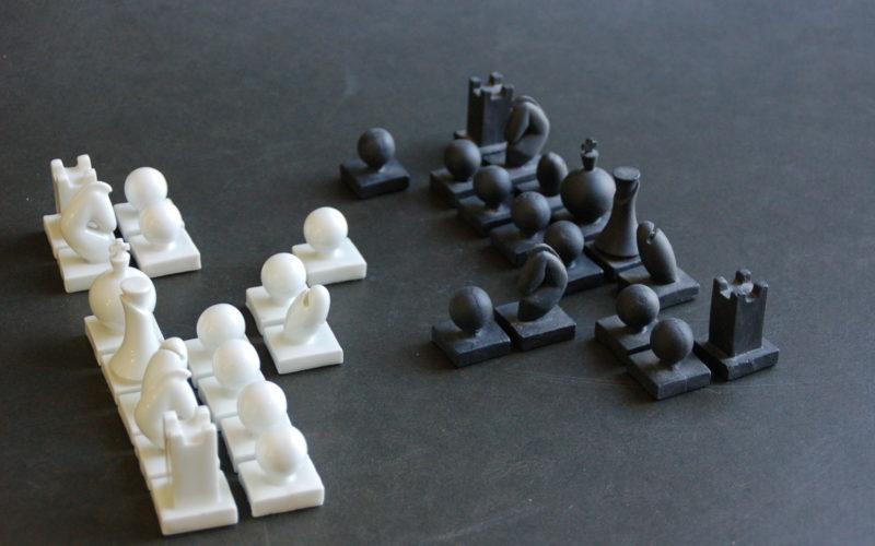 pièces pour un jeu d'échecs en porcelaine