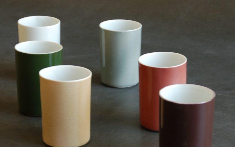 Gobelet Automne. ces gobelets, vendus par série de quatre. sont inspirés par les couleurs de l'automne Bretonne. brun,; rouge, lie de vin, vert, gris, blanc, sable. Fabriquer par un artisan à Plobannalec Lesconil, Bretagne, France