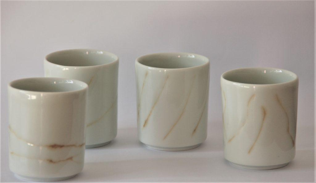 Ensemble de tasses à café, coupés à la bonne hauteur pour la machine à espresso de ma cliente. décor incisé et coloré à la main. Porcelaine de France.