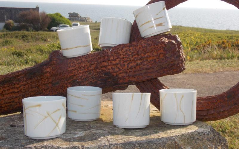 Gobelets à thé incisions. 30 cl. Chaque gobelet en porcelaine à un décor fait à la main par incision. émaillé, couleur or, porcelaine blanche de limoges. Fabrication Française. Bas van Zuylen.