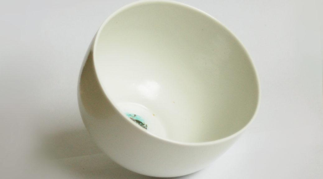 """Bols a thé pour """"le repas le plus important de la journée"""" . porcelaine fine, décor au cuivre et émail traditionnel. Artisan potier en Pays-Bigouden"""