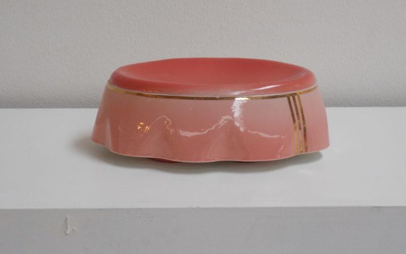 Sugar est une boite en porcelaine. Inspiré par les surfeuses de la Torche. Porcelaine rose et or fin. couvercle et pieds rouge. Crée par Bas van Zuijlen