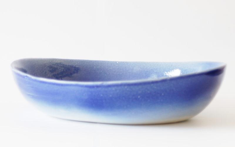 Océan 6p est un plat à four ovale. de couleur bleu foncé