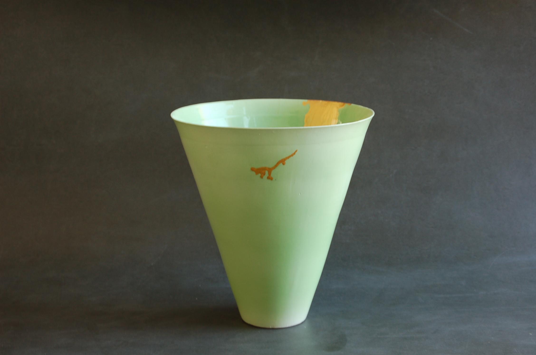 """Vase en porcelaine fine """"grand cone vert et or """" H 32 cm diam 28 cm. décor en peinture acrylique qualité d'artiste. fabrication artisanale par Bas VAN ZUIJLEN."""