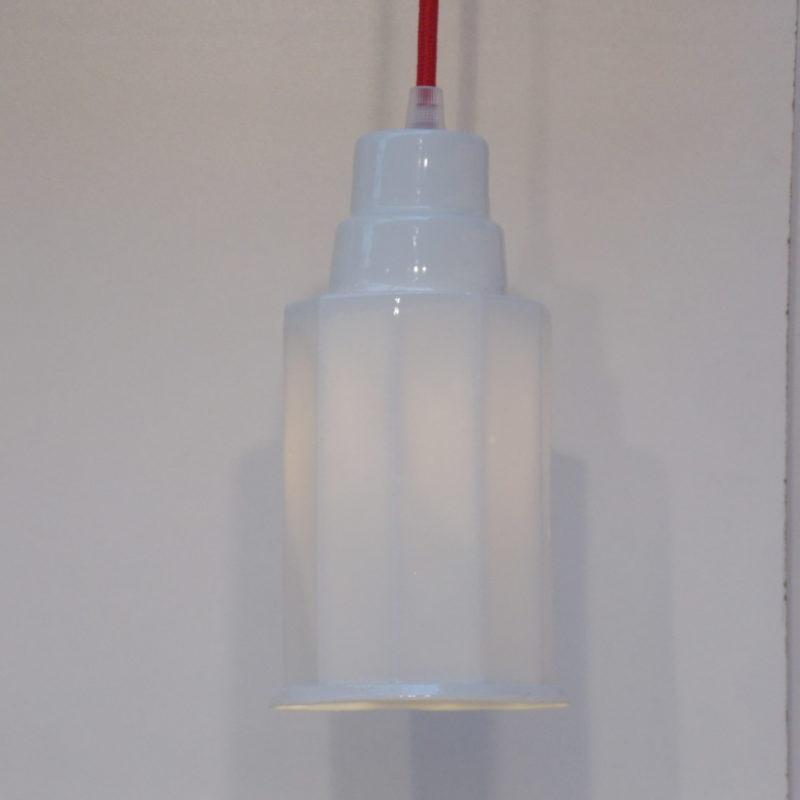 Déca est une suspension en porcelaine. La lumière est tamisée à travers la paroi. Cette lampe se marie bien avec Arabica. Fabriqué en France dans mon atelier.