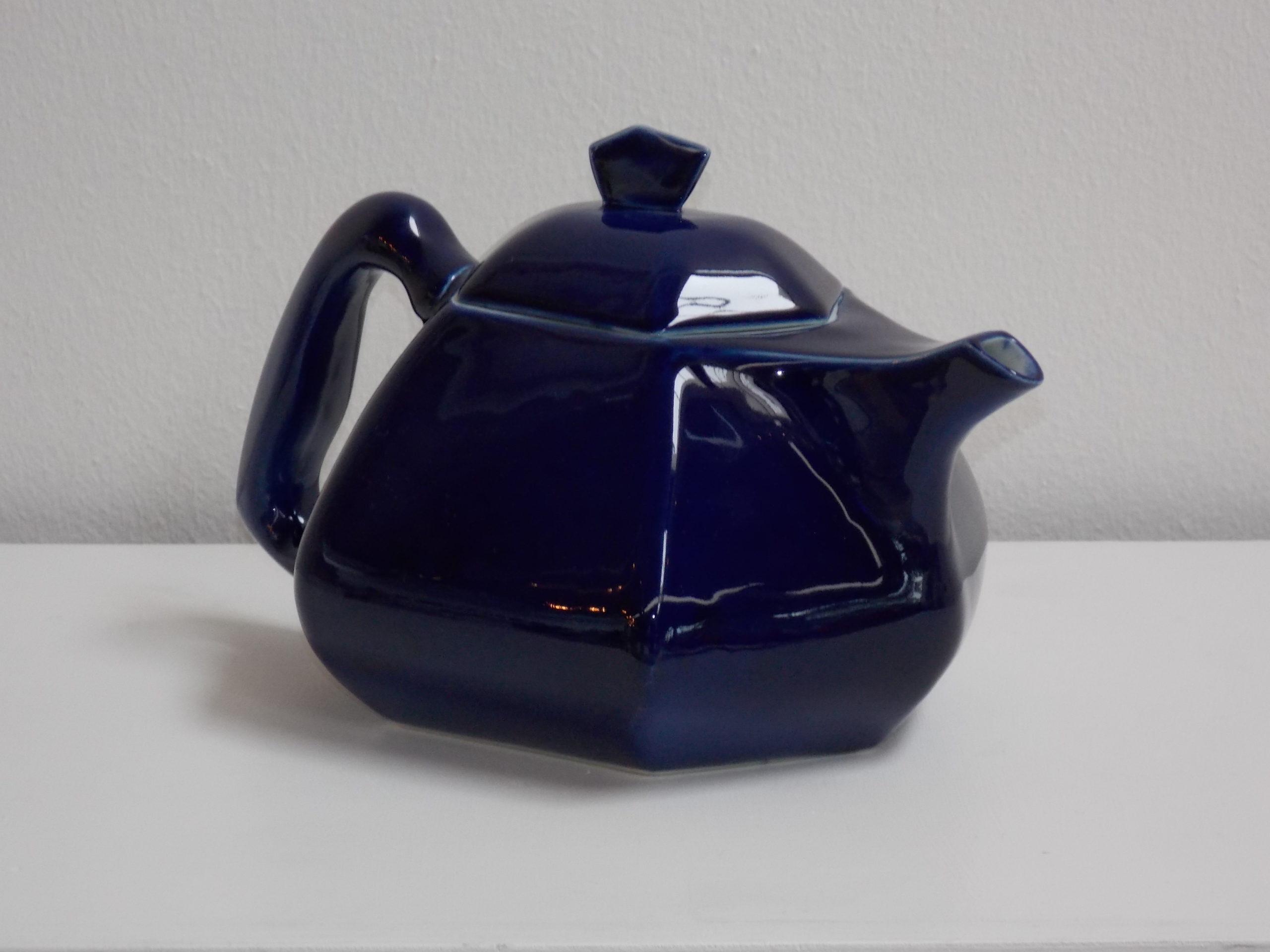 Ce bleu profond nécessite plusieurs couches de bleu cobalt et cuissons pur obtenir cette profondeur. création de Bas van Zuijlen