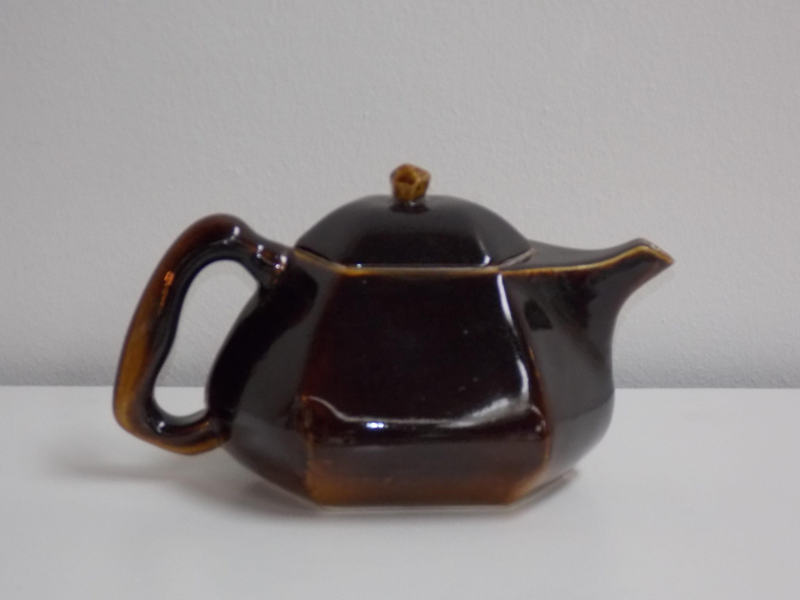 Théière brun Temmoku Kawaï. Le temmoku Kawaï est une recette traditionnelle japonaise de cette couleur de marron qui montre des reflets bleues.