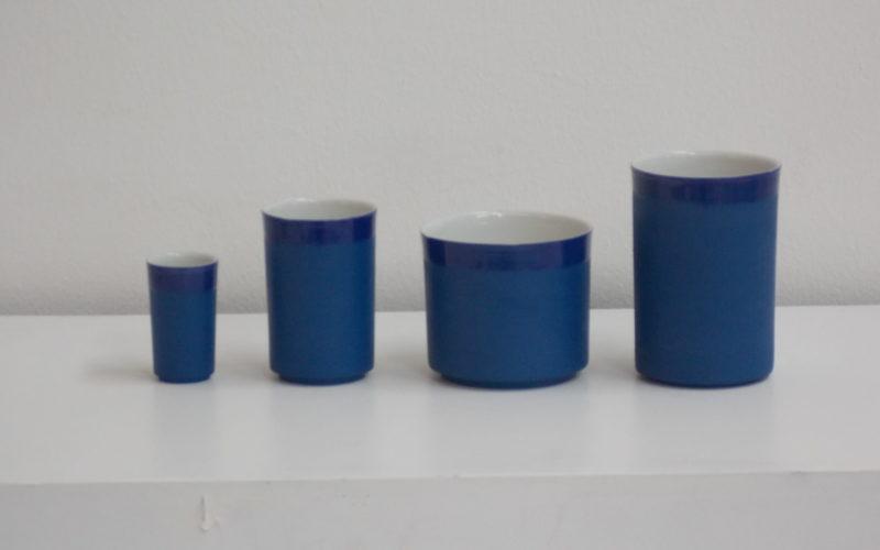 Besançon country. série de gobelets. La porcelaine biscuit bleue a un toucher de velours tandis que le bord et l'intérieur sont émaillés de façon parfaitement lisse. porcelaine française. Blanc et bleu. Fabrication artisanal, bretonne. Par le designer Hollandais Bas van Zuijlen