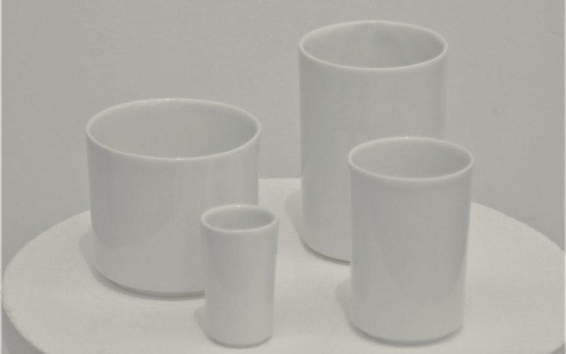 Gobelets Besançon . Une série de gobelets Inspiré des dimensions d'une petite tour d'angle dans la ville éponyme. En porcelaine blanche coulés de façon artisanale.