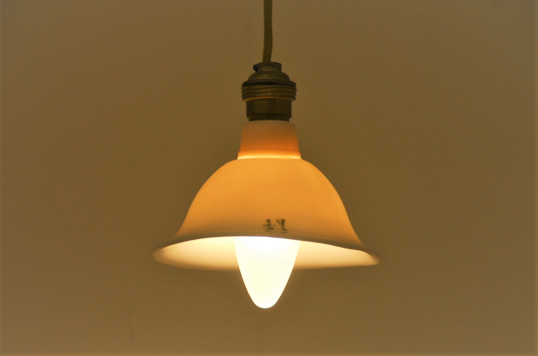Mimi est une petite lampe en suspension. abat-jour en porcelaine, douille cuivre, cable coton doré. Fabrication par l'artisan d'art Bas van Zuijlen
