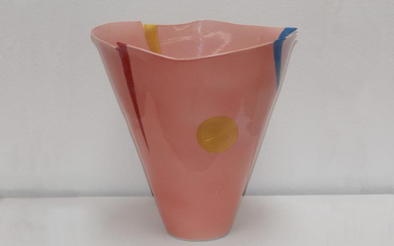 Joie, vase en forme de cone, hauteur 32 cm. Porcelaine fine décoré. peinture sur porcelaine, or, rose, rouge bleu, multicolore. Par Bas van Zuijlen, atelier céramique : l'esprit créateur